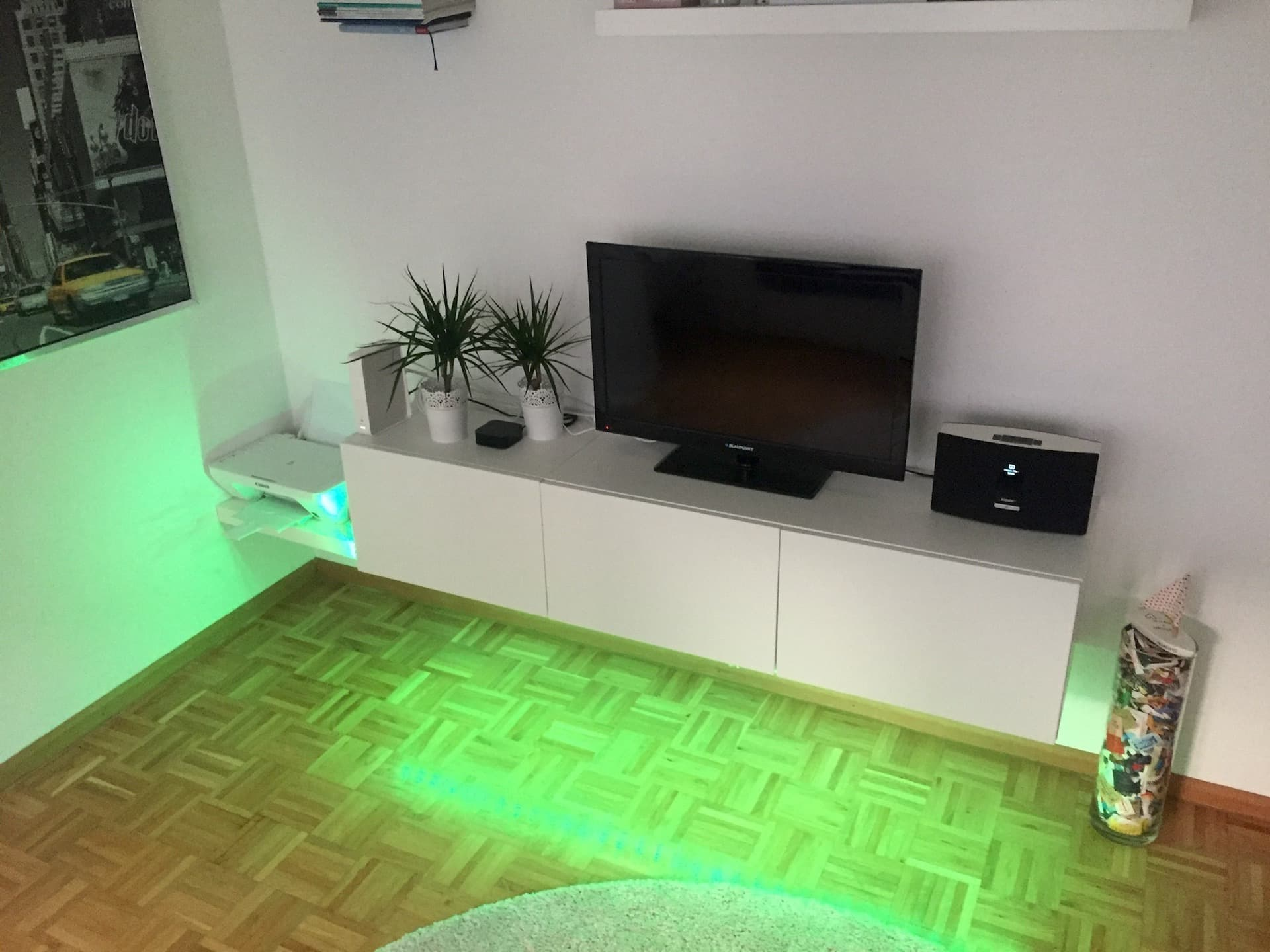 hue lightstrip indirekt tv wohnzimmer homesuits. Black Bedroom Furniture Sets. Home Design Ideas